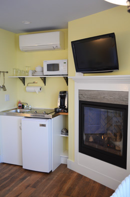 Studio Aft has a fireplace, a kitchenette, and a seating area for two
